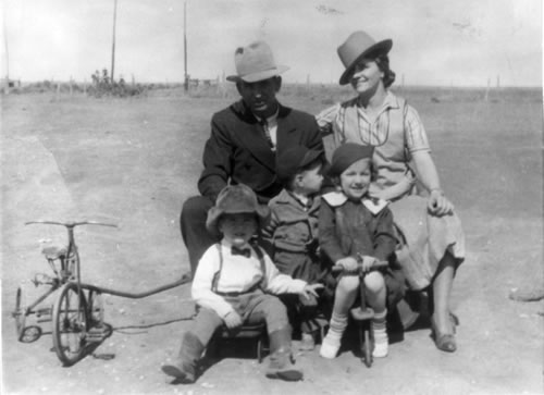 Paul and Mary Williams with their children Beth, Neale, and Paul, Jr.